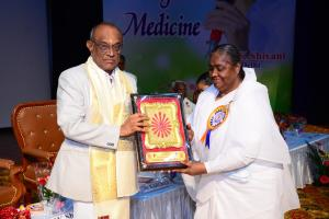 6. (a)Padma Shri Dr.G.Bhaktavatsalam, Chairman, KG Hospital, Coimbatore receiving the Godly gift & Momentos by BK Lakshmiji, Chief Coordinator of Brahma Kumaris, Mysore Sub Zone